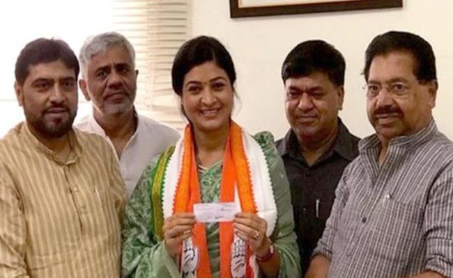 Former AAP MLA Alka Lamba joins Congress - Sakshi