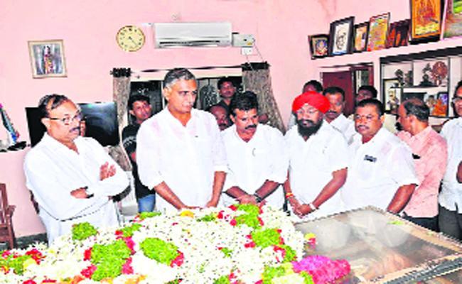 Minister Thanneeru Harish Rao Gave Tribute To The Ramarao dead In Karimnagar - Sakshi