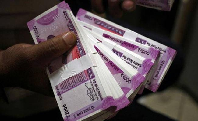 Lady Drug Inspector Caught To ACB While Taking Bribe In Hyderabad - Sakshi