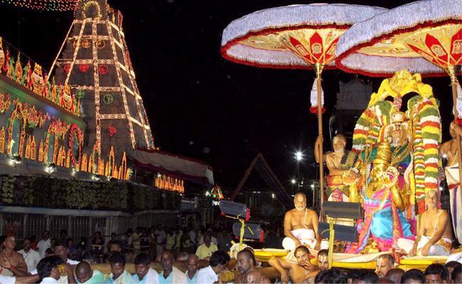 Huge Devotees Rush Continues At Tirumala  - Sakshi