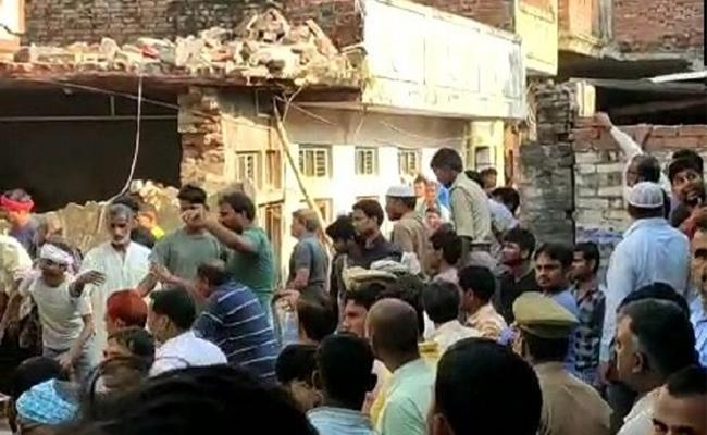 Dead And Several Feared Trapped In Cylinder Blast In Uttar Pradesh - Sakshi