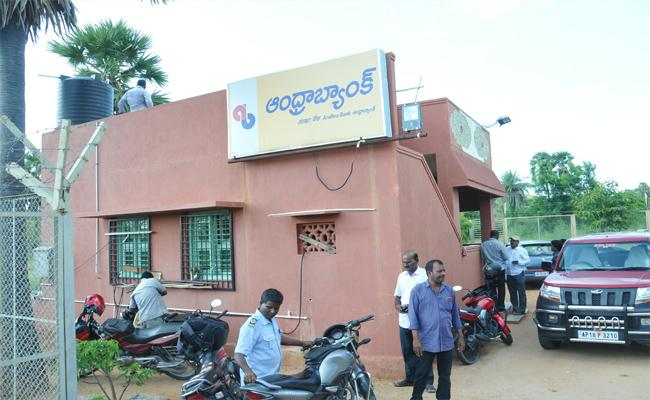 Thieves Robbed 17 Kgs gold And 2 Lakh 66 Thousand Cash At Yadamari Andhra Bank In Chittoor - Sakshi