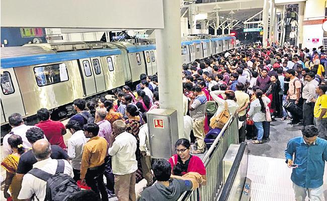 Hyderabad Metro Sets Record in Passengers Travel oneday - Sakshi