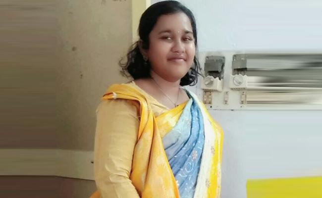 Young Women Died in Train Accident Hyderabad - Sakshi