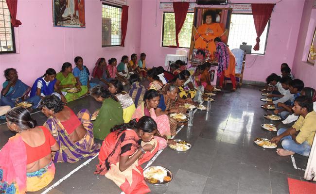 Free Food Service By Volunteer Organization In Adilabad  - Sakshi