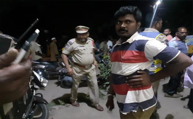 Two Persons Attacked Each Other With Knife In Kazipet - Sakshi
