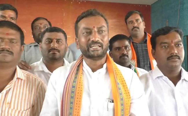 BJP Spokesperson Raghunandan Rao Criticizes KCR for RTC Strike - Sakshi