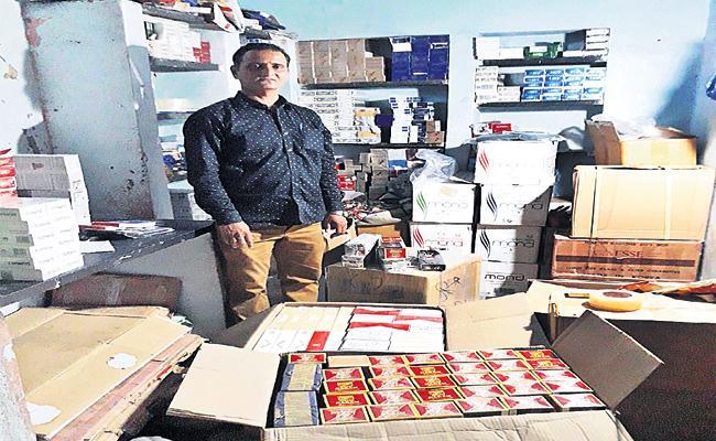 Cigarette Smuggling Gang Arrest in Hyderabad - Sakshi