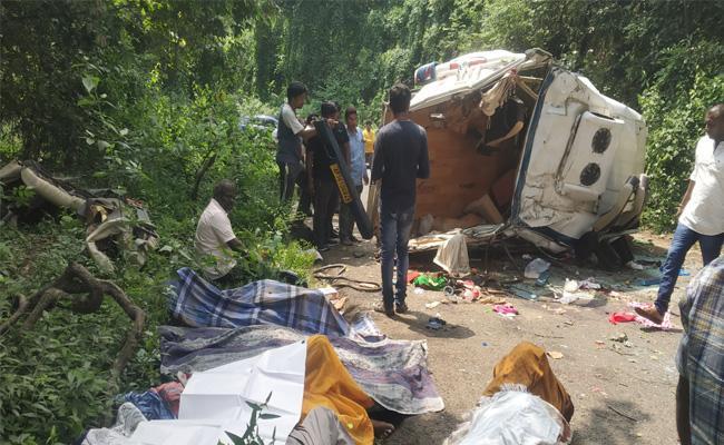 Karnatak People Died in Ghat Road Accident East Godavari - Sakshi
