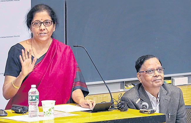 Public sector banks had worst phase under Manmohan Singh, Raghuram Rajan - Sakshi