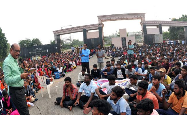 Vizianagaram JNTU Neglect Of Student Problems - Sakshi