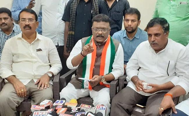 Dasoju Sravan Kumar Fires On CM KCR - Sakshi