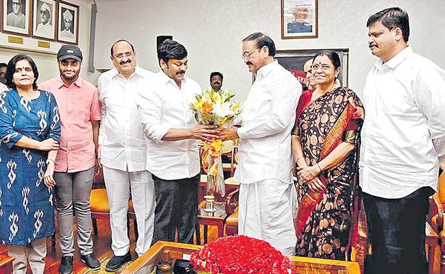venkaiah Naidu Praises On Saira Narasimha Reddy Movie - Sakshi