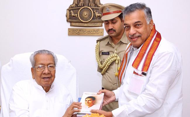 Yarlagadda Laksmmi Prasad Meets Governor Biswa Bhushan In Raj Bhavan - Sakshi