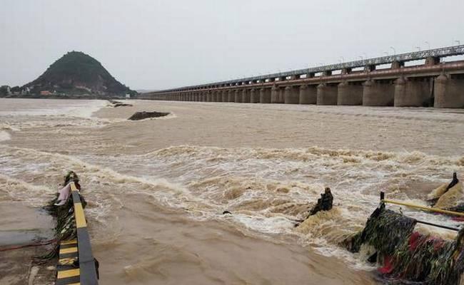 Police Rescued Man Who Attempts Suicide At Prakasam Barrage - Sakshi