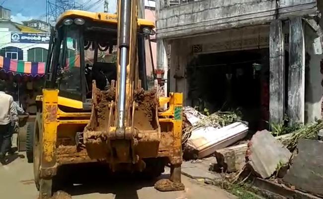 Thugs Demolish The Aged Woman Home In Tadepalligudem - Sakshi