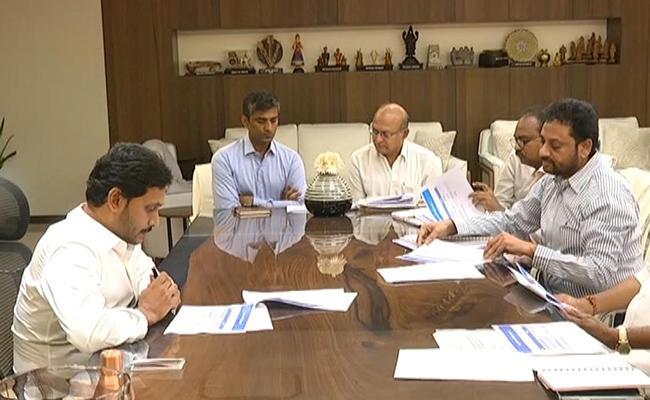 YS jagan Mohan Reddy Review Meeting On Aarogyasri Scheme - Sakshi