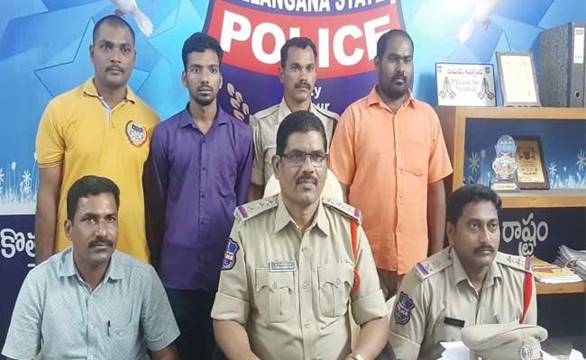 Police Caught Fraud Driver In Mahabubnagar - Sakshi