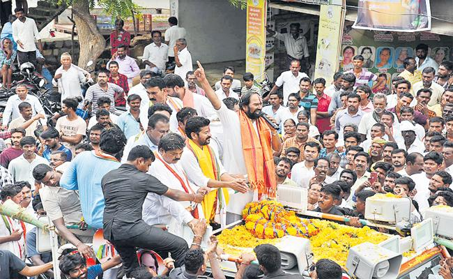 Uttam,Revanth Reddy In Huzurnagar By-Election Roadshow - Sakshi