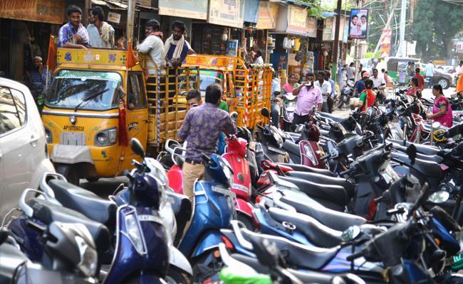 Vehicle Parking Problems In Vijayawada - Sakshi