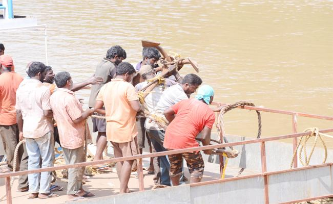 Dharmadi Satyam Team Trying to Rescue Boat east Godavari - Sakshi