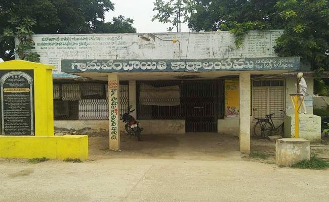 Criticism On Yaddanapudi Panchayat Secretary In Prakasam - Sakshi