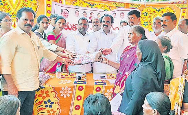Bathukamma Sarees Distribution Trouble In Pargi At Rangareddy - Sakshi