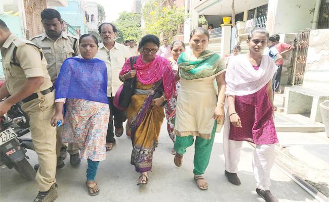 Women Threatens To Commit Suicide In Markapuram At Prakasam - Sakshi