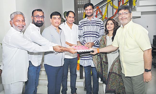 Srinivas Avasarala and Ruhani Sharma team up for Nootokka Jilla Andagadu - Sakshi