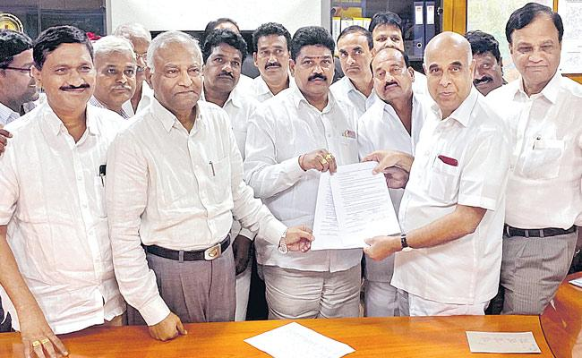 Leaders Of Trade Unions Giving Agreement Letter To Transco CMD Prabhakar Rao - Sakshi