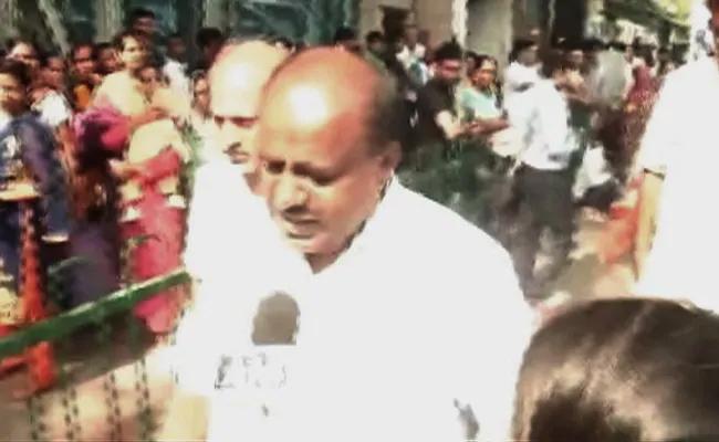Kumaraswamy Meets DK Shiva Kumar At Tihar Jail - Sakshi