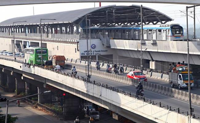 Chalo Pragathi Bhavan:Begumpet metro station shut down for Security Reasons - Sakshi