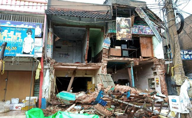 Ruins Building Collapsed In kavali - Sakshi
