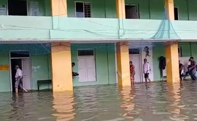 Heavy Rains Lash Kerala Disrupt Voting - Sakshi