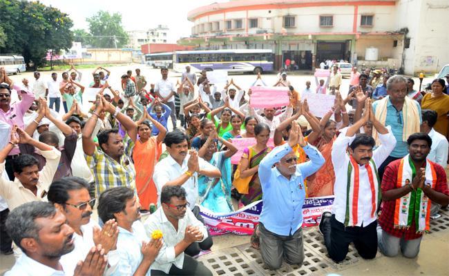 Teachers Unions And Women Teachers Supports Ti 16th Day TSRTC Strikes In Khammam  - Sakshi