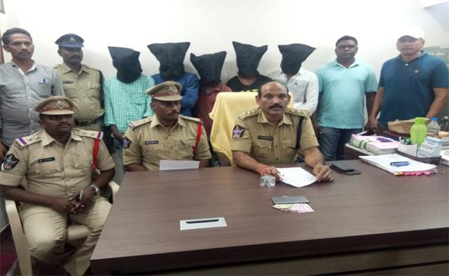 Chirala Police Who Arrested A Gang Of Robbers - Sakshi