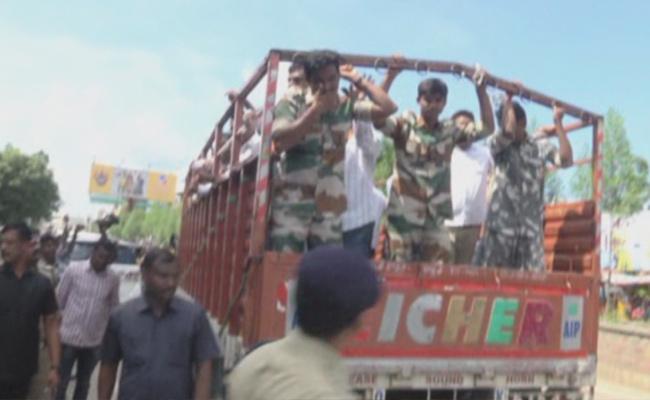TSRTC Strike: Women Employee Faints In Scuffle At Mancherial - Sakshi
