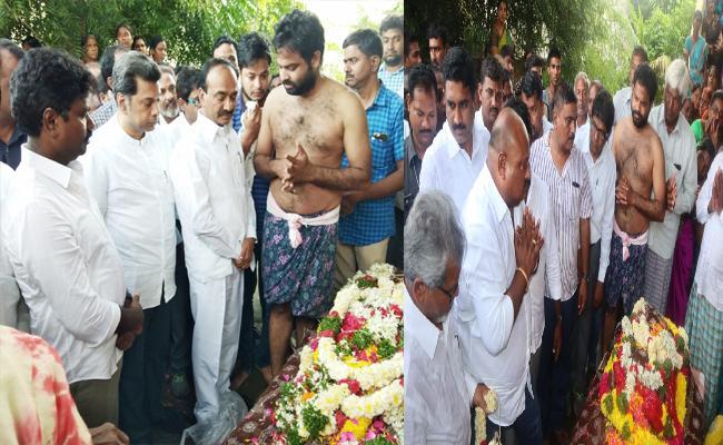 Manakondur People Died In Road Accident At Pragnapur - Sakshi