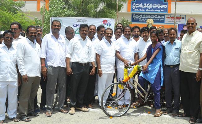 Service programs At Cheemakurthi During MLA TJR Birthday - Sakshi
