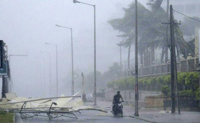 Heavy Rainfall Continues in Visakhapatnam - Sakshi