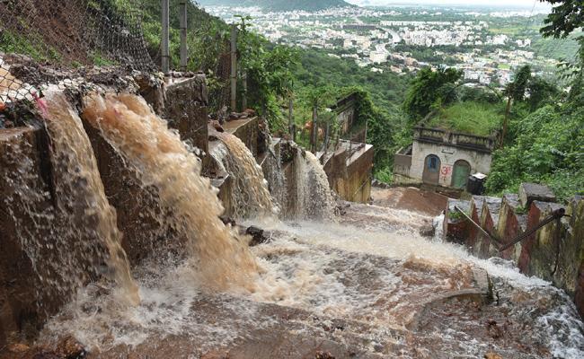 Heavy rains In AP: Official Issued Alert At Prakasam Barrage - Sakshi
