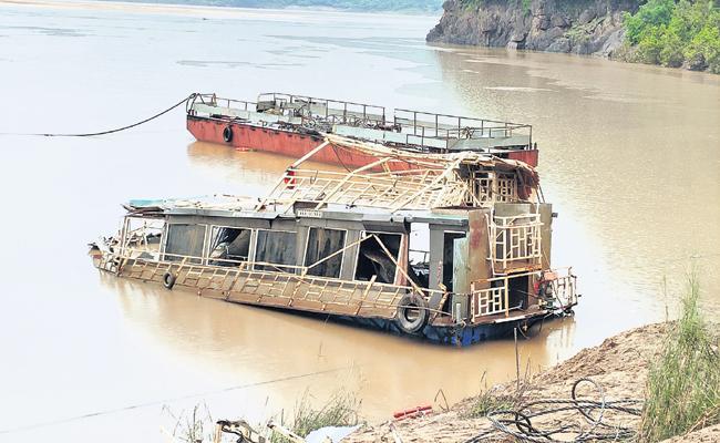 Five dead bodies Identified in devipatnam boat accident issue - Sakshi