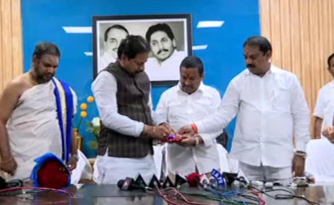 Minister Vellampally Srinivas Released Endowment Exam Results In Amaravati - Sakshi