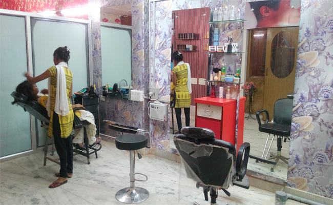 Young Women Complaint to DCP on Beauty parlor in Hyderabad - Sakshi