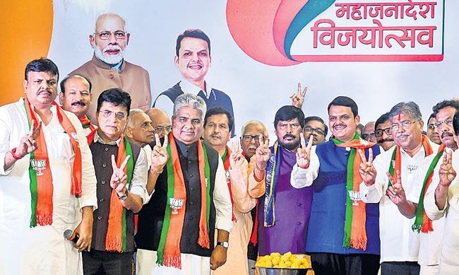 BJP-Shiv Sena Alliance Sails Through Maharashtra Polls - Sakshi
