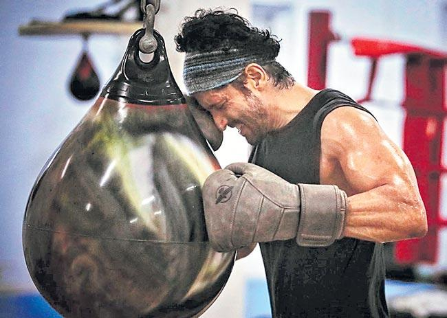 FARHAN AKHTAR TO NOW TURN A BOXER FOR TOOFAN - Sakshi