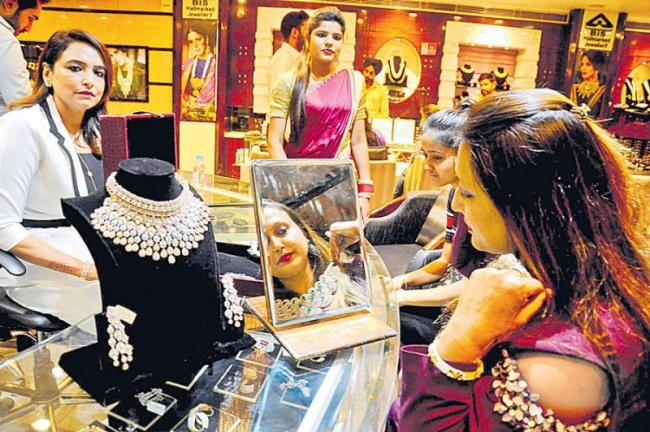 Gold, silver sales down by up to 40 persant this Dhanteras - Sakshi