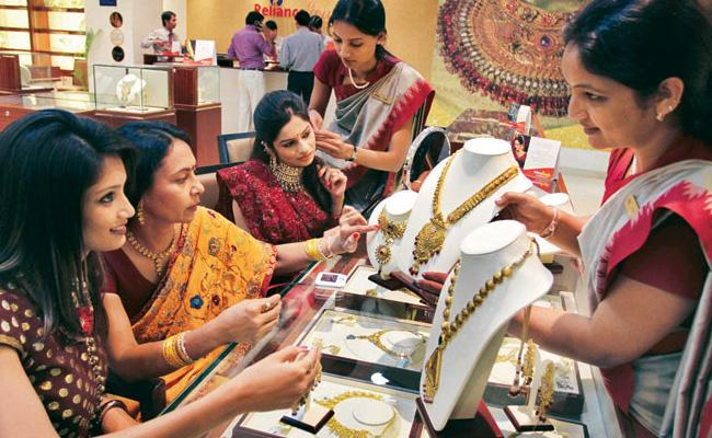 30 Tonnes Gold Sales On Dhanteras Was Recorded In This Year - Sakshi
