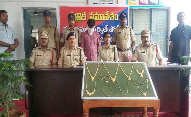 Karimnagar Police Arrested the Robber on the Basis of a Bike Penalty - Sakshi