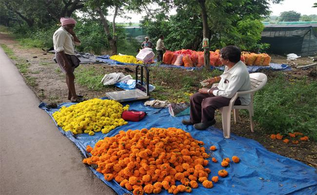 Flower Prices Increased in Khammam During Diwali - Sakshi